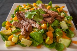 Zomerse salade met biefstuk & mango