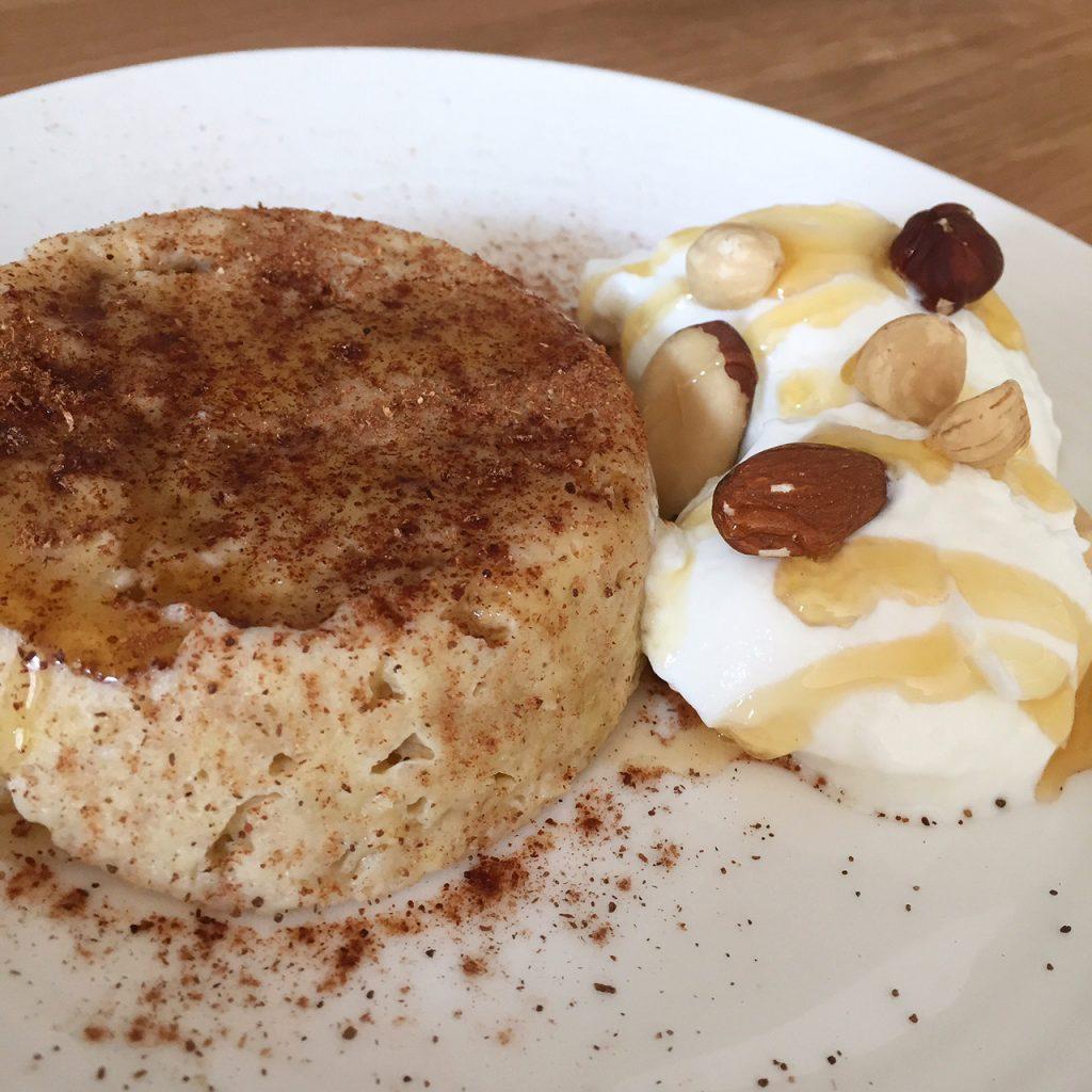 Havermout mugcake met banaan en kaneel